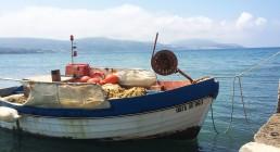 Barchetta sulla spiaggia della Grecia