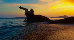 Tramonto sulla spiaggia della Grecia