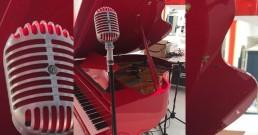 Microfono vintage Shure con piano nello Stand Mitsubishi Electric_MCE 2018