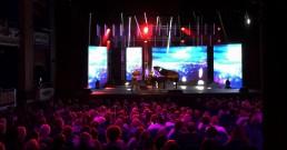 Raphael Gualazzi si esibisce con il piano sul palco del Teatro Il Rossetti di Trieste per serata I Nostri Angeli 2018